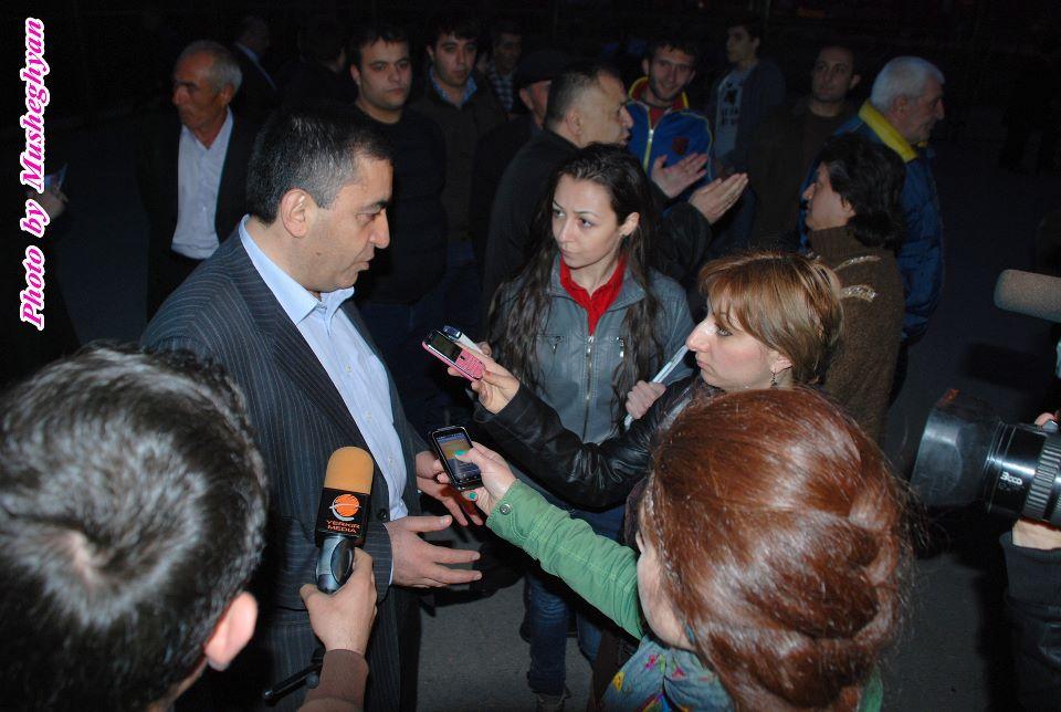 Armen Rustamyan interviewed by media representatives, at the Malatia-Sebastia meeting