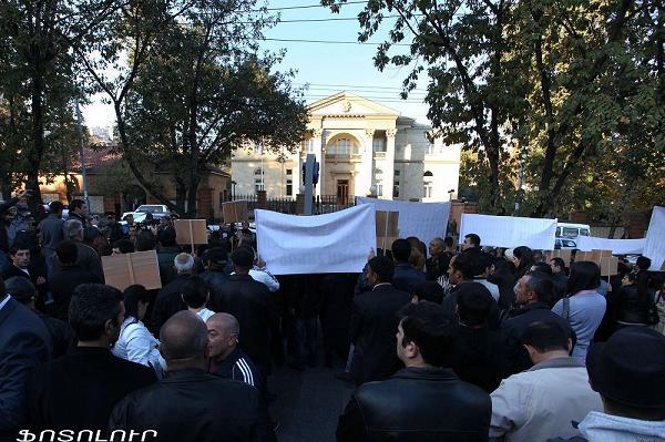 People protest outside the presidential residence in Yerevan (Photolure)
