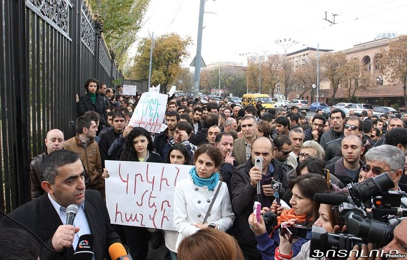 Opposition deputy Armen Rustamian addresses citizens protesting against pension reform outside the parliament building in Yerevan, 15 November 2013