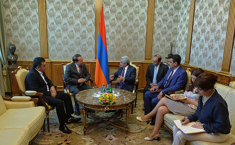 SI Secretary General Luys Ayala and ARF-D Bureau member Armen Rustamyan (left) meet with President Sargsyan