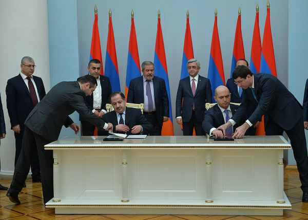 Aghvan Vardanyan, Armen Ashotyan sign the agreement (Photo: President.am)