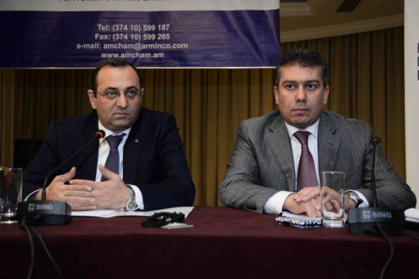 Artsvik Minasyan (left) at the Responsible Business Forum, in Yerevan (25/11/2016)